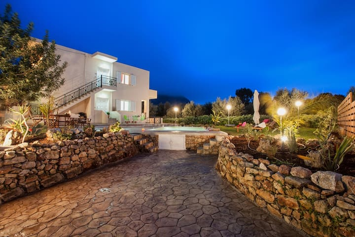 Downstairs 120sq apartment for 5 persons with pool - Aptera - Villa