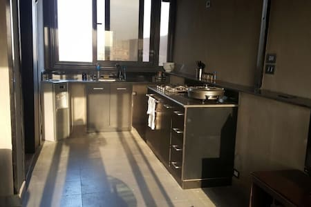 1 Bedroom Roof Apt,perfect location - Appartement