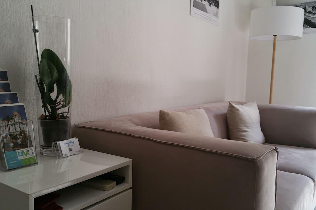Appartement décoré avec goût présentant des anciennes photos de Nice