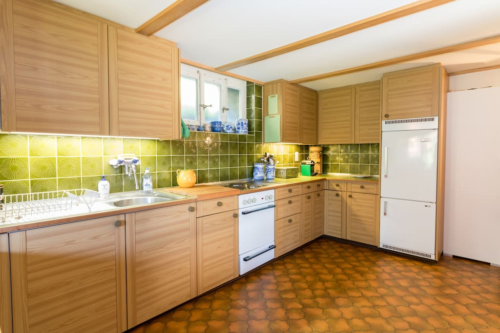 Charming, large, fully furnished eat-in-kitchen