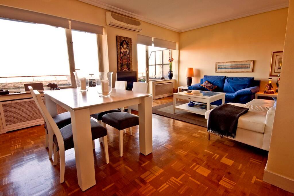 Salón con amplios ventanales y vistas a la Sierra de Madrid