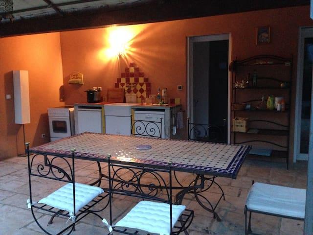 La kitchenette est équipée d'un four, d'un frigidaire et d'un lave-vaisselle, sous le porche du bâtiment.
