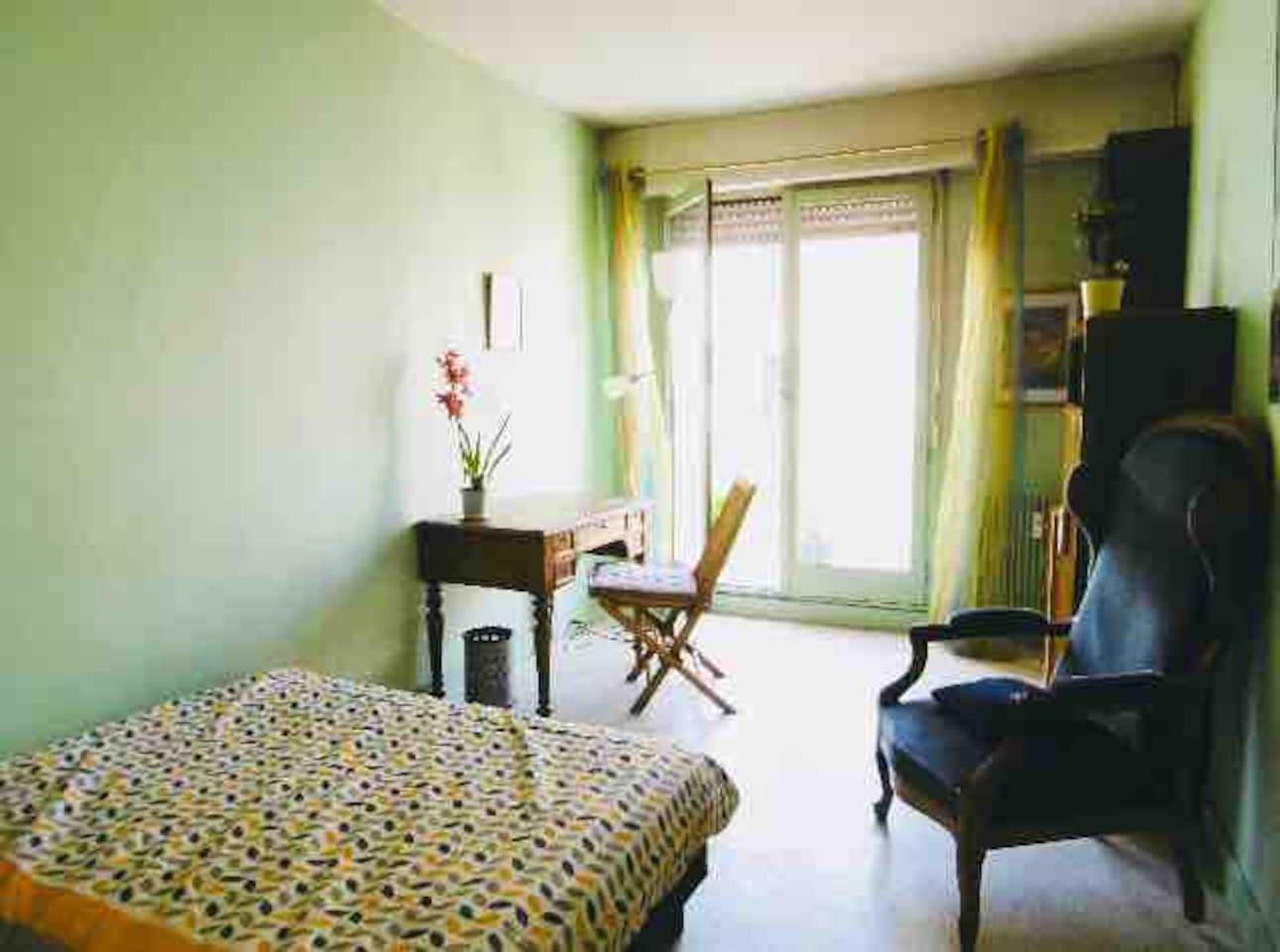 Chambre avec coin bureau et grand balcon privatif
