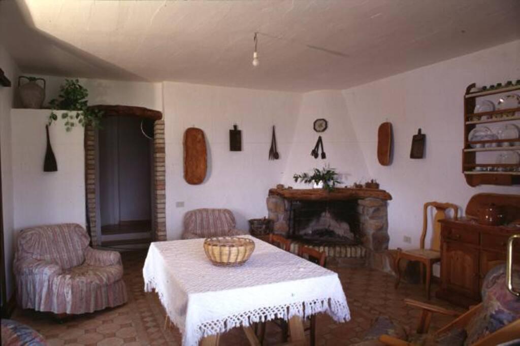 Der gemütliche Wohnraum mit Kamin