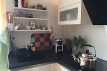 Küche mit allen Utensilien die man braucht um ein Essen zu zaubern (Mikrowelle, Herd, Backofen und Kühlschrank mit Eisfach, Toaster und Kaffemaschine, oder lieber frisch aufgebrüht  )