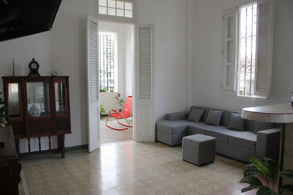 Sala y entrada al balcón