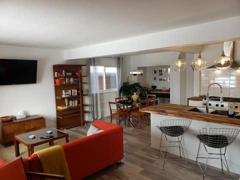"""The Orange Suite"" 2BR Vintage Vibe, Chefs Kitchen"