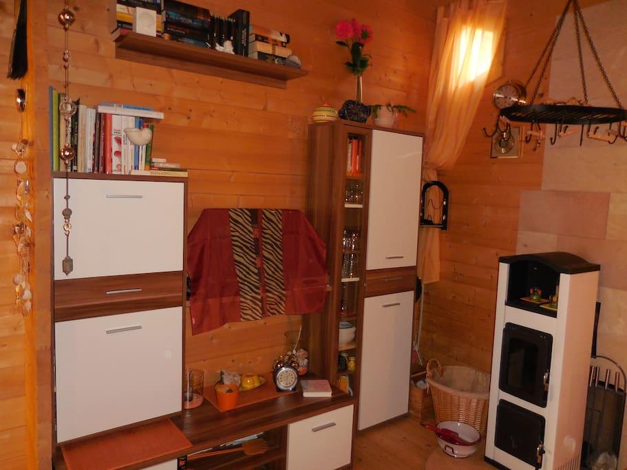 Gemütlicher Wohnraum mit Holzofen und TV/ Radi0/ CD-Player