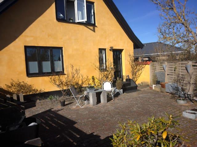 Charmerende villalejlighed med egen have - Gilleleje - Leilighet