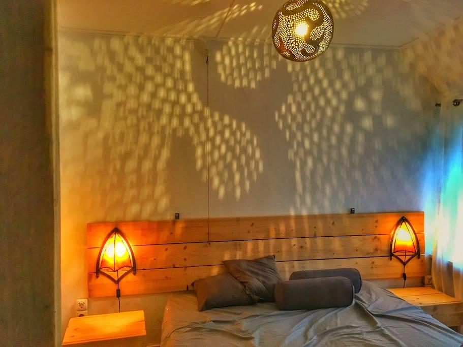 Een heerlijke romantische slaapkamer met tweepersoonsbed