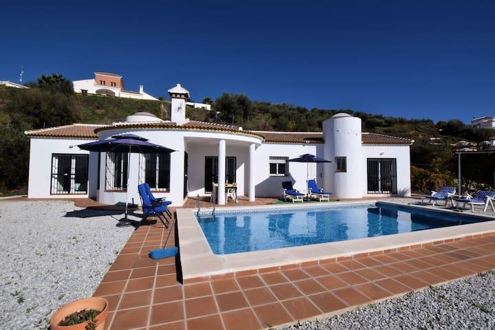Espaciosa villa con piscina privada en Arenas