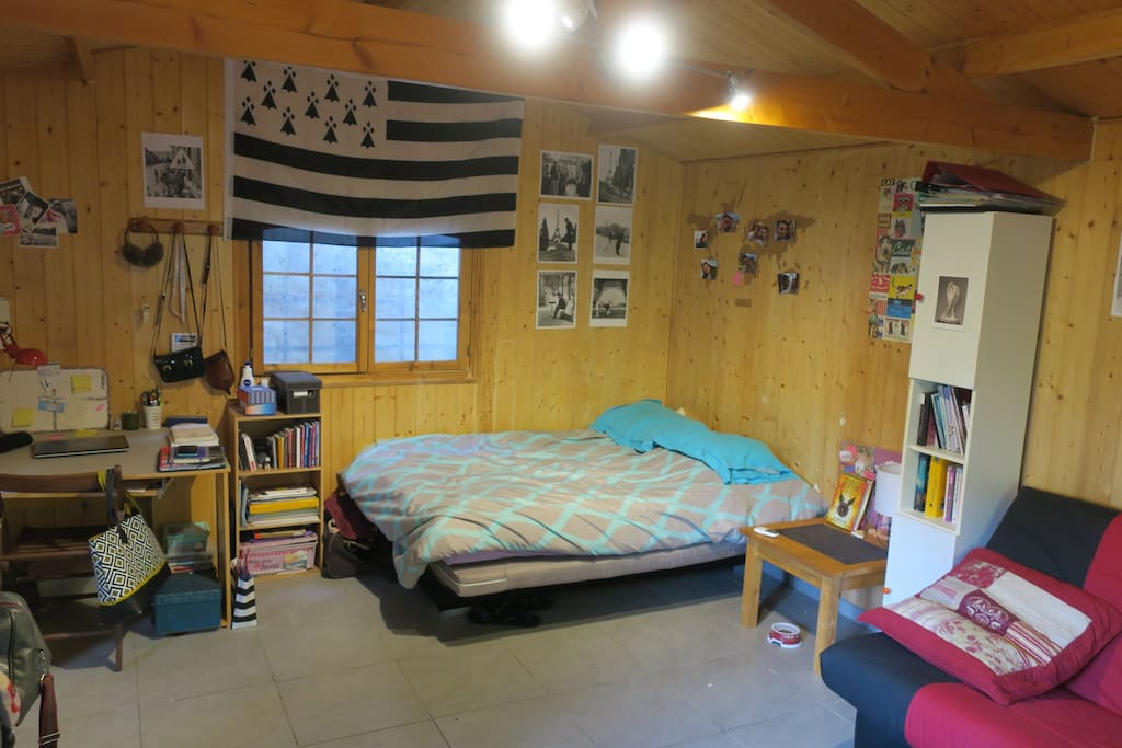 Notre lit et le bureau. Il sera séparé de votre lit par un paravent.