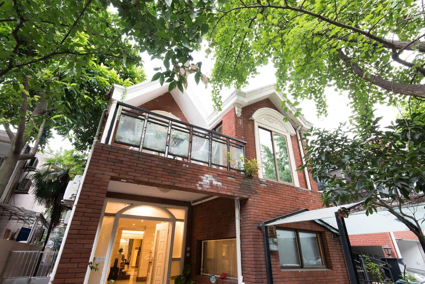 别墅初览:位于城市中心的私家别墅,漂亮的外观。