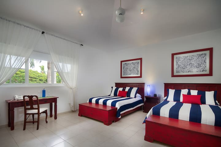 Spacious Premium Family suite near Minitas beach