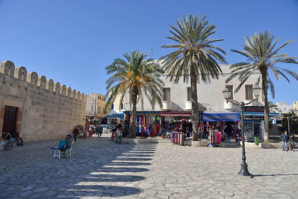 L'esplanade de la Grande Mosquée (5 mn à pieds).