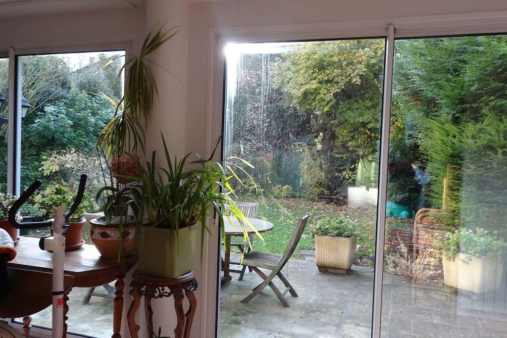 vue sur la terrasse en rez de jardin