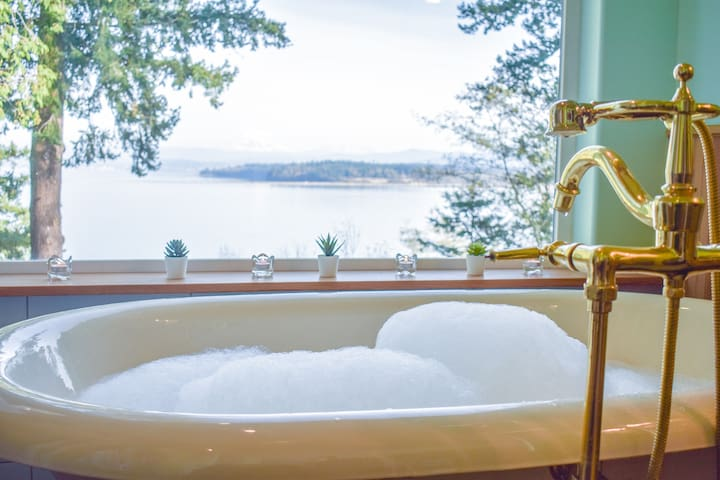 Imagine luxuriating in the bath with those views!