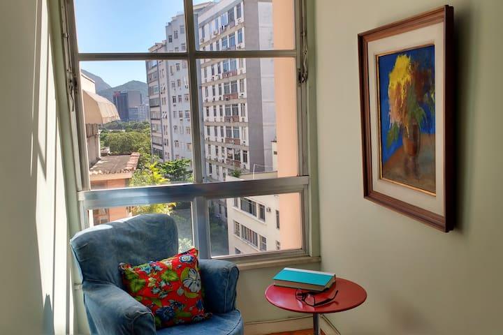 Sitting area with a view/ Sala de estar com vista.