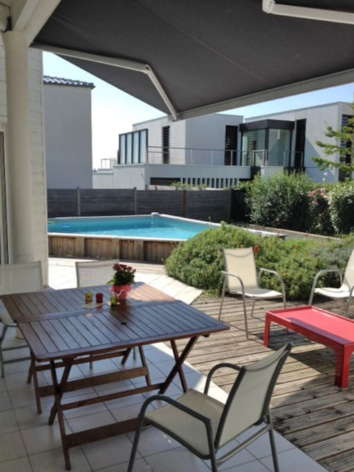 Terrasse avec store et piscine