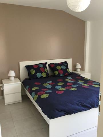 Chambre avec lit de 160 cm + penderie