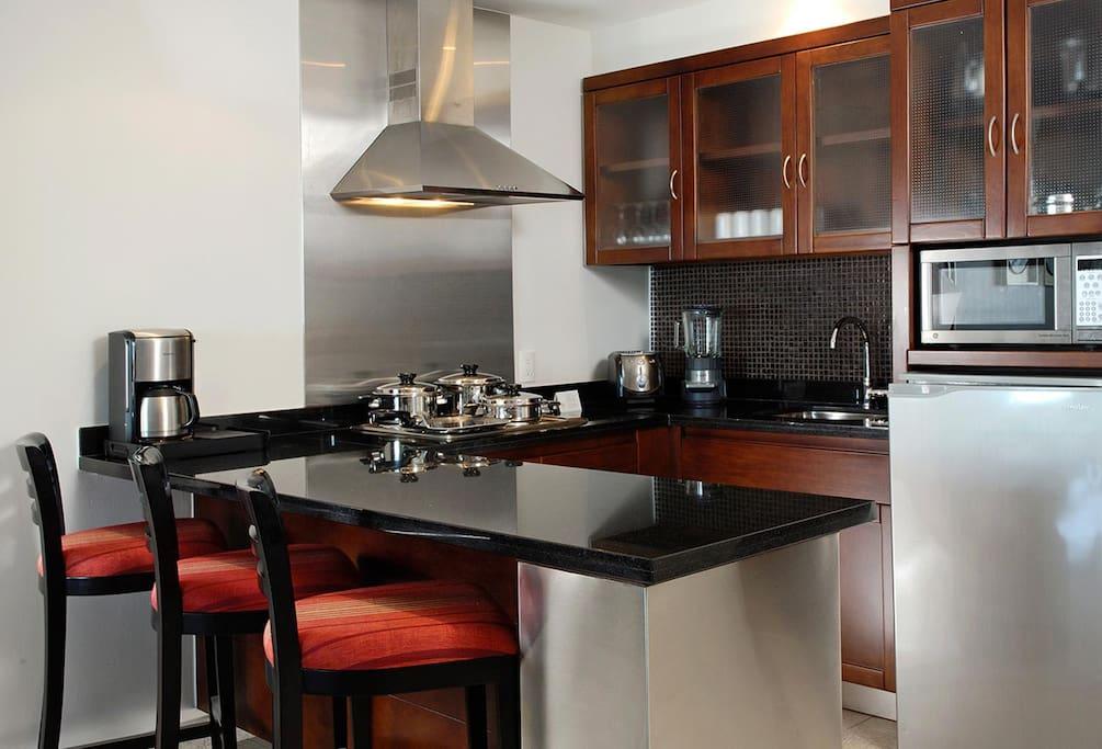 Full kitchen (no oven)