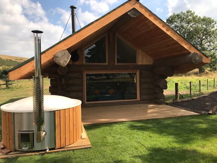 Hobbit log cabin, Eco, beautiful views, hot tub