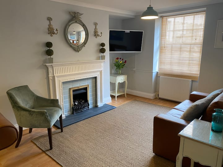 Spacious home with parking, close to cafes & pubs