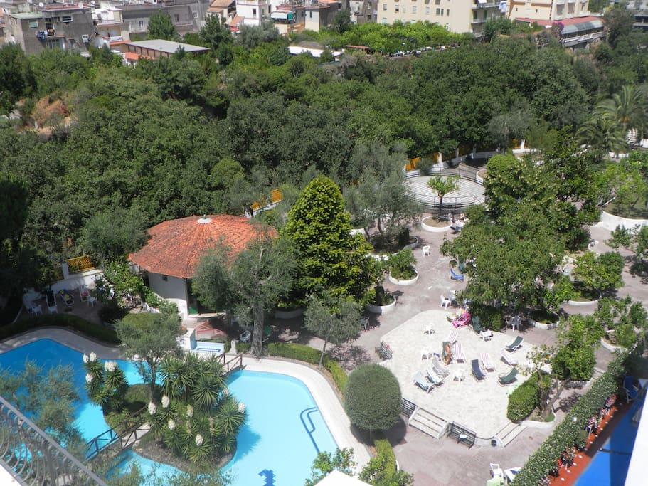 Il parco con la piscina