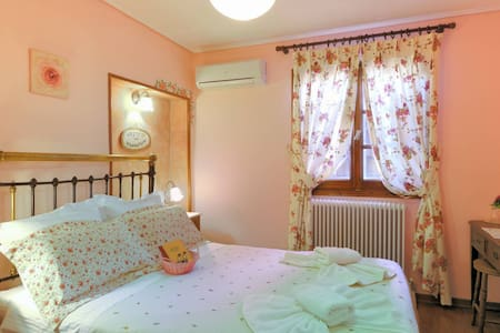 Traditional  guest house in the center of Portaria - Portaria - Bed & Breakfast
