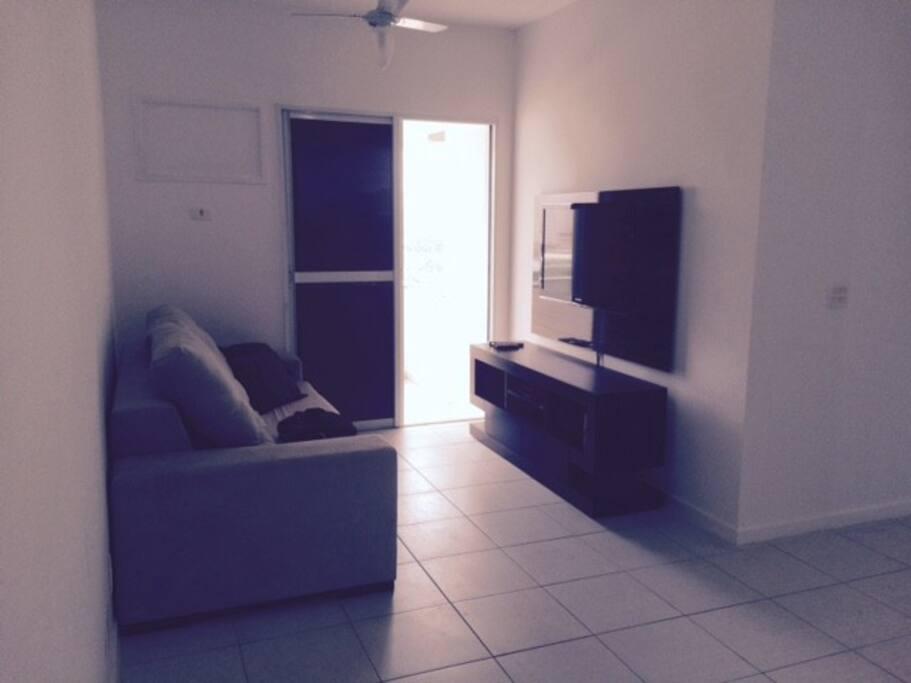 sala com sofa retratil  e TV