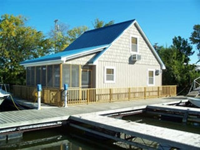 Floating Cottage on the River - Sabula - Hytte