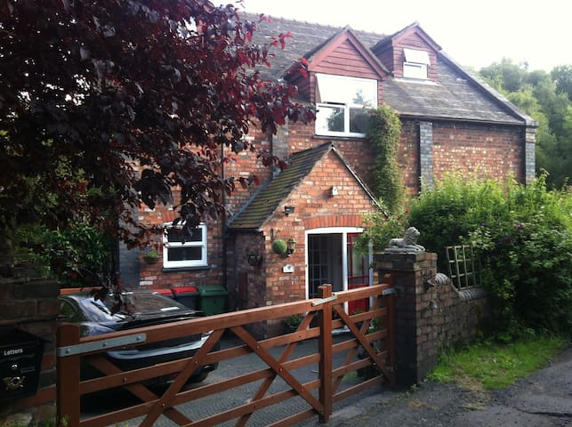Charming Family Room in Old Chapel - Lightmoor - Casa