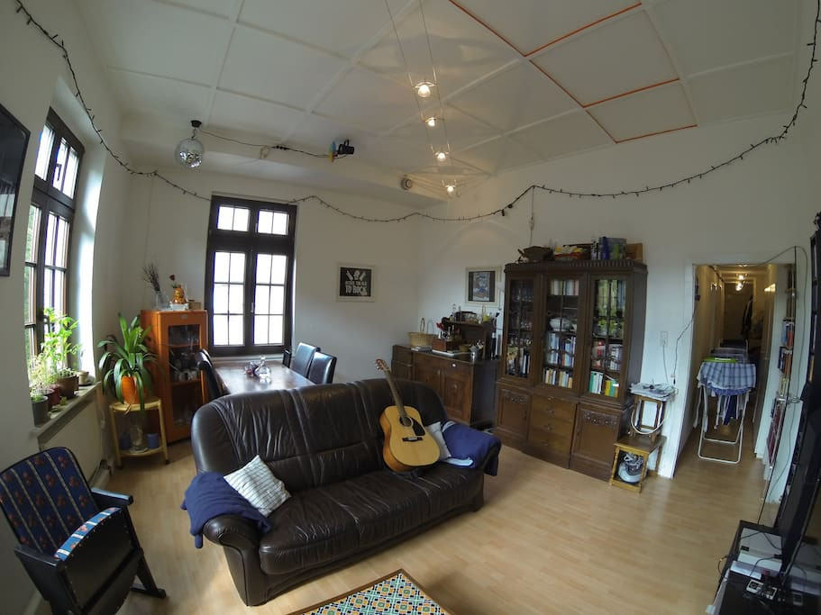 the livingroom with a big table, a comfortable couch, guitar, books and a beautiful view on the cologne cathedral!
