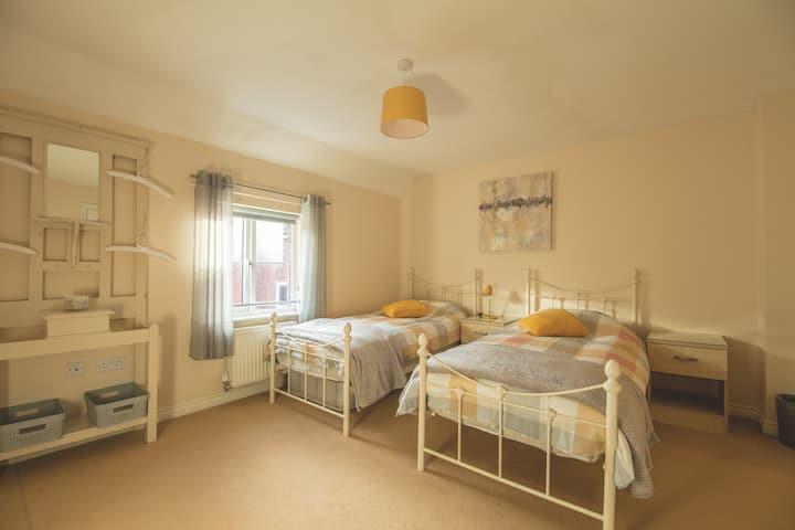 Easy access 4 bedroom house & parking can sleep 10