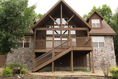 Quiet 4BD Chalet with loads of fun - Reeds Spring - 独立屋