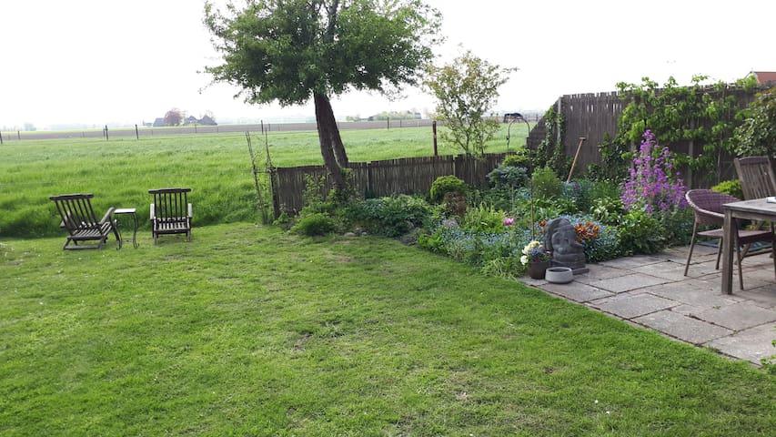 Plek met tuin en te delen sanitair voor 2 personen