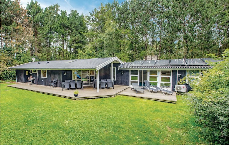 Holiday cottage with 4 bedrooms on 143m² in Nykøbing Sj