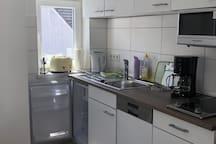 Küche mit Kühlschrank, Spülmaschine, Mikrowelle, Toaster, Entsafter, Kaffeemaschine..