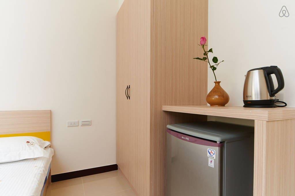 衣櫥、冰箱、熱水壺