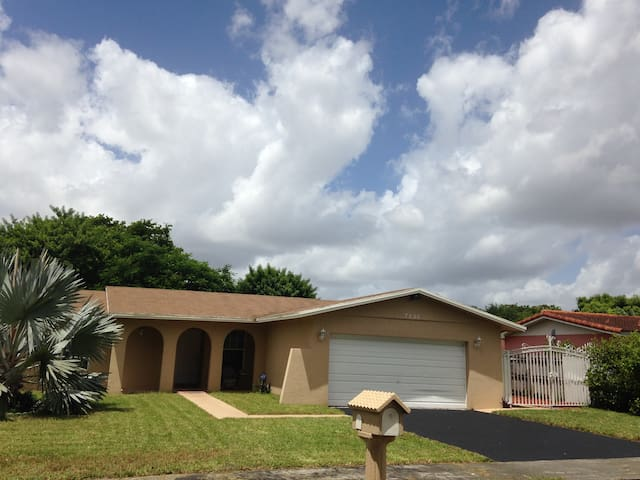 Spacious 4 bdrm;Close to everything - Miami - Casa