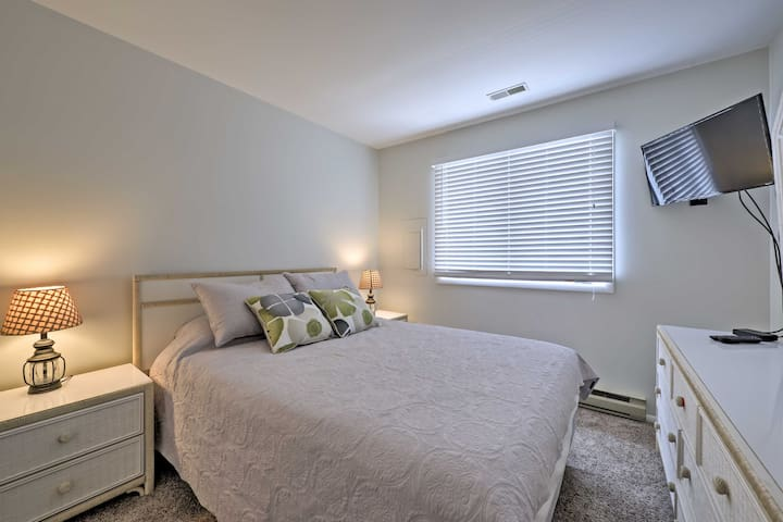Two guests can sleep on this queen bed.