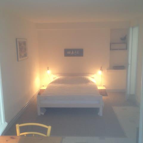 la chambre, le lit en 140.