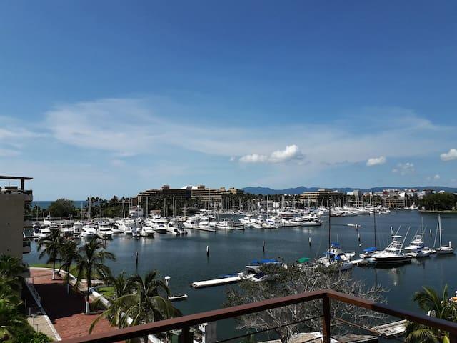 Vista diurna de mar y la marina, desde el balcón.