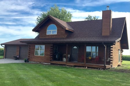 Cozy Log Home - South Amana