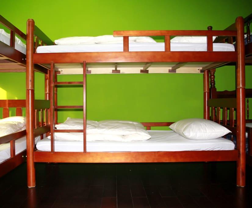 採用木製床組,降低上下床晃動感