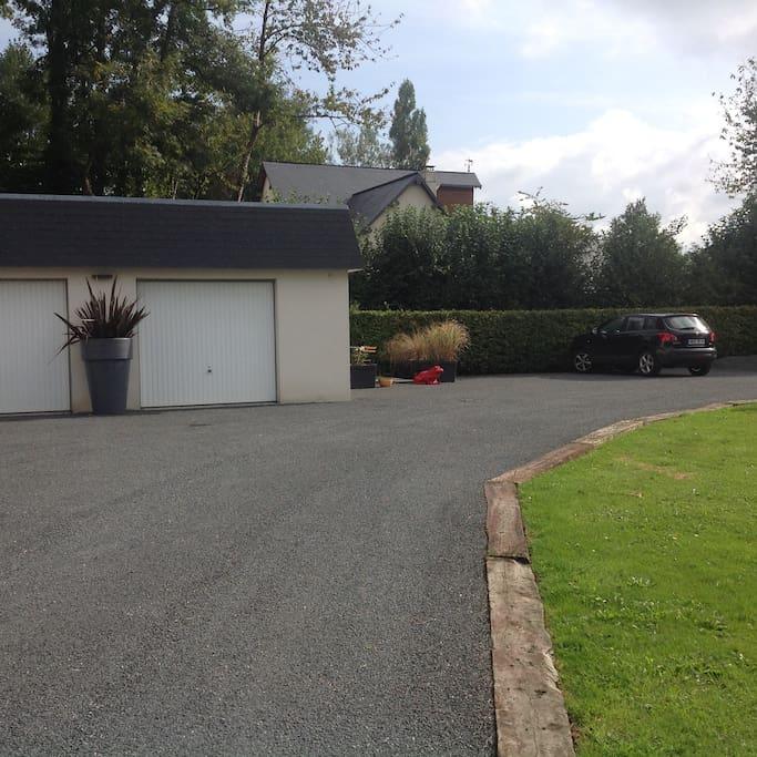 La petite chambre est juste sur le côté du garage. Indépendante de notre maison ce qui vous laisse une réelle autonomie