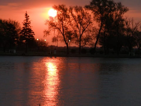 Tranquilo y sereno frente a un pequeño lago.
