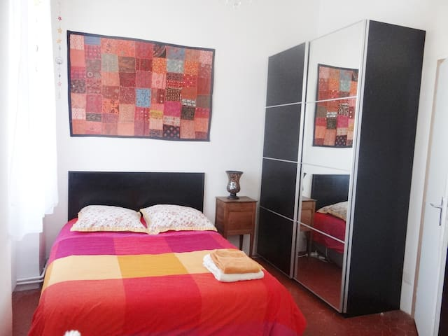 LIGHT AND TYPICAL ROOM AT 15 MINUTES FROM  CENTER - Marsella - Departamento