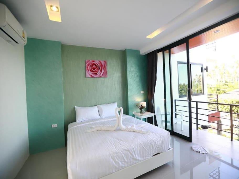 Все номера отеля оснащены холодильником и телевизором с плоским экраном.