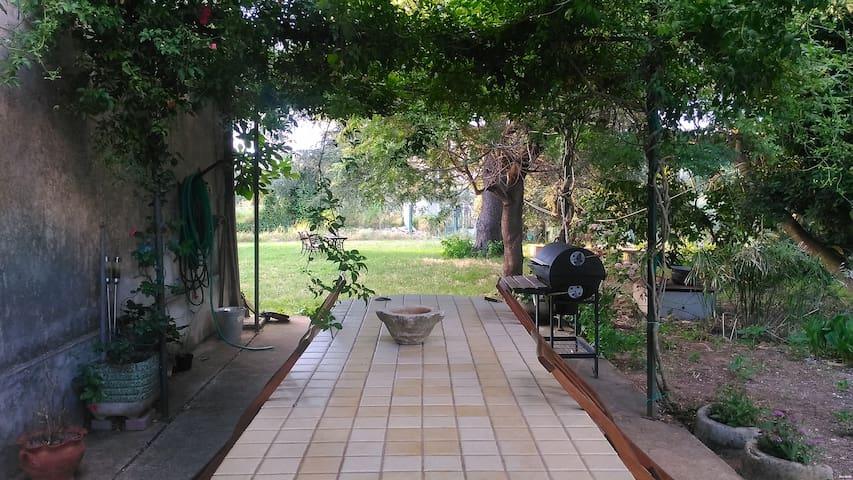Il patio a fianco al Casale, permette di passare dei freschi momenti, anche durante la colazione o il pranzo.